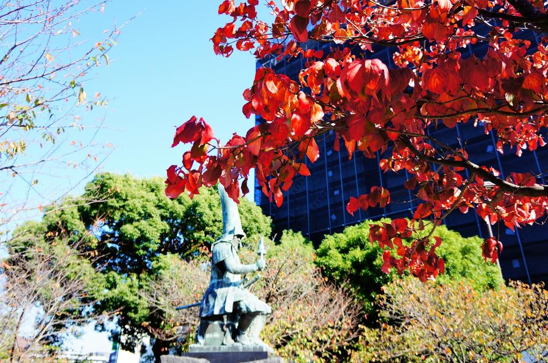 行幸橋の加藤清正公像と赤いハナミズキ