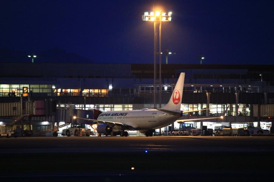 夜の阿蘇くまもと空港 JAL機